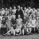 Schülerinnen und Schüler mit Lehrer Seebörger ca. 1938