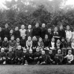 Schülerschaft mit den Lehrern Witzleben (links) und Seebörger (rechts) ca. 1950