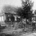Schmiedemeister Ernst Albrecht (heute Niehoff) mit seiner Mutter u. seinem ersten Lehrling. Im Vordergrund die Bahnschienen der Reichsbahn. 1913