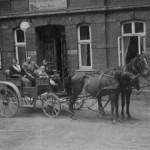 Mit Heils Pferde- und Kutschwagen wurden die Gäste aus Neu Darchau und Bahnhof Görde abgeholt. Max und Lotte mit Kutscher Siegfried Adamsky - 1949