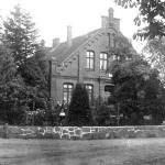 Schulhaus - heute Gemeinde-Kindergarten - mit Lehrer Bromann und Familie - ca 1925