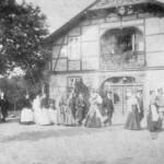 Festumzug um 1880 vor der alten Schule (Giebelansicht) - heute Augustenhof