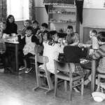 """""""Gründungskinder des Kindergartens"""" Kleiner blonder Junge mit Ringelpulli : Jürgen Stefaniszyn, Zopfmädchen Friederike Meyer"""