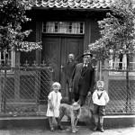 Familie Meyer ca 1928, Opa Carl Heinrich Meyer mit den Zwillingen Hans Hermann und Anneliese Meyer